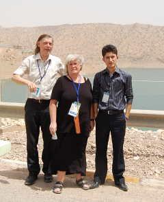 Hege og meg sammen med vår oversetter, Ahmed, foran den kunstige Darbandikhansjøen, som blant annet forsyner Bagdad med vann og elektrisitet..