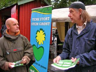 Harald Nissen og Jan Vindheim driver  valgkamp i trøndersk regnvær. <br>Foto: Siv Ingrid S. Ekra