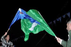 PUKs grønne flagg og Gorrans blå symboliserer valgkampen i Suleimania og Kirkuk.