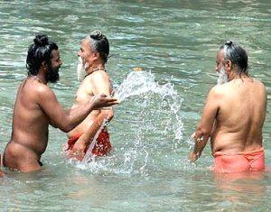 badende på Kumbh Mela