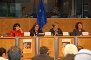 Bare kvinner på podiet ved åpningen  av årets konferanse. Fra venstre: Leyla Zana,  Karianne Westrheim,