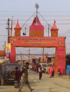 Inngangen til Juna Akharas seksjon på Kumbh mela.