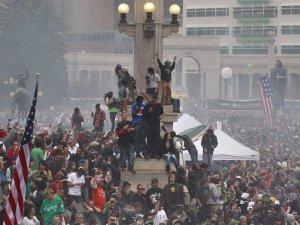 Cannabistilhengere i Denver, Colorado,  feirer seieren ved folkeavstemningen høsten 2012.