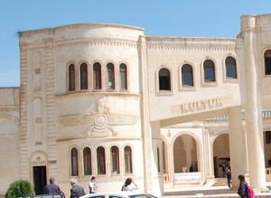 Dette kulturhuset i kurdiske Nusaybin, på grensa mellom Tyrkia og Syria, er dekorert med symboler fra gamle kulturer.