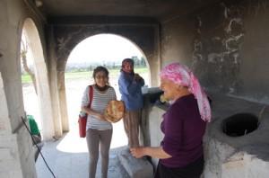 Kurdiske kvinner  i Nusaybin baker brød i samme slags ovner som for tusenvis av år siden