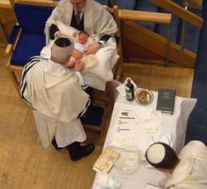 Jødiske guttebarn omskjæres den åttende dag etter fødselen (Wikimedia Commons)