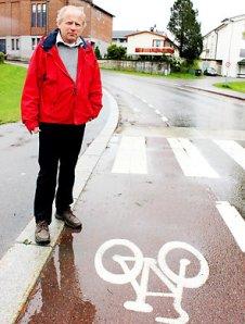 Leif Sigvaldsen fra Syklistens Landsforbund viser stedet hvor kvinnen ble påkjørt. Foto: Leif Sigvaldsen / NRK