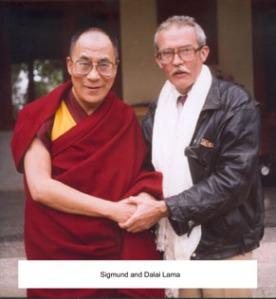 Med sin nære tilknytning til nepalsk / tibetansk buddhisme var Sigmund Sætereng en  naturlig støttespiller for Dalai Lama, som han møtte  flere ganger.