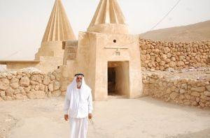 En av yezidienes helligie menn foran et tempel i Shingalfjellene.  ISIL vil ødelegge alle yedienenes monumenter .