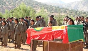 PKK styrker begraver en av sine falne ved Makhmour.