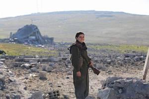 En kvinnelig kurdisk geriljasoldat utenfor Kobane