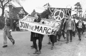 Over hele verden marsjerte tusener av mennesker mot atomvåpen, under den karakteristiske runen som idag kalles